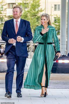 Dutch Queen, Shirt Tucked In, Dutch Royalty, Her Cut, Crisp White Shirt, Queen Maxima, Royal Fashion, Women's Fashion, Rey