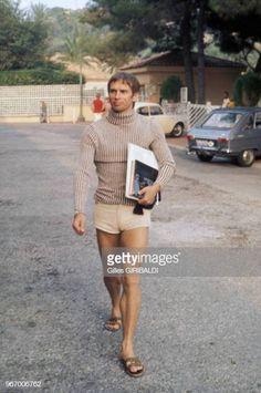 Rudolf Noureev en short se rend à la plage le 28 août 1978 à Monaco