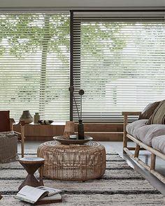 Hoe temper je het licht in de serre? Interior And Exterior, Interior Design, Hardwood Floors, Flooring, Classic Interior, Scandinavian Interior, Blinds, Kitchen Decor, Outdoor Furniture Sets