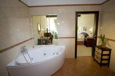 Romantikhotel Seefischer, Döbriach am Millstättersee Badezimmer mit Eckwanne im Romantikhotel Seefischer