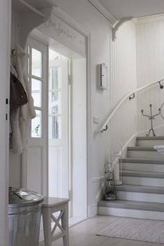 love the white and grey stairs Cottage Shabby Chic, White Cottage, Entryway Stairs, Entry Hallway, Decoration Entree, Vibeke Design, Painted Stairs, Vestibule, Scandinavian Interior