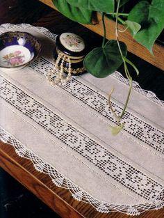 Magic Crochet Nº 40 - Edivana - Picasa Web Albums Crochet Dollies, Crochet Fabric, Crochet Doily Patterns, Crochet Borders, Crochet Home, Crochet Designs, Lace Table Runners, Crochet Table Runner, Tablecloth Fabric