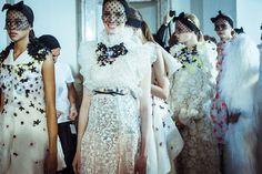 En backstage du défilé Giambattista Valli haute couture printemps-été 2015 http://www.vogue.fr/mode/inspirations/diaporama/fwhc15-en-backstage-du-dfil-giambattista-valli-haute-couture/18769/carrousel#9