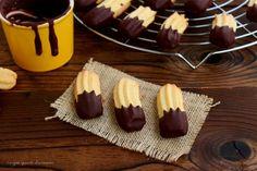 I frollini bicolore sono dei friabili biscottini di frolla montata, con una copertura di cioccolato fondente che li rende golosissimi!