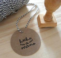 """• Sello con texto """"hecho a mano"""" para estampar en todas nuestras   creaciones y manualidades.• Fabricado en caucho y mango de madera• Medidas del dibujo: 2,5x 2 cm• Se entrega con una bolsa de tela de algodón para guardarlo"""