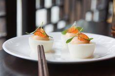 Gefüllte Eier Saibilingskaviar und geröstete Schalotten