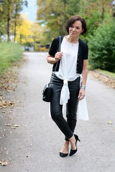 Black and white layer look with faux leather leggings