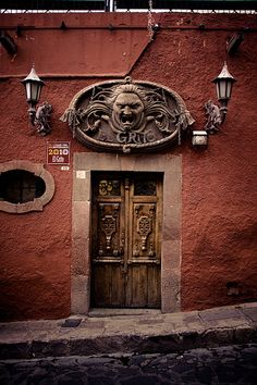 Door \ El Grito\  in San Miguel de Allende Mexico ..rh & THE WORLD´s BIGGEST GATE! .......... It would be interesting to see ...