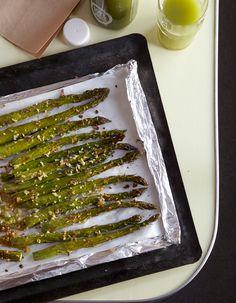 Recette Asperges rôties à l'ail : Préchauffez le four à 180 °C (th. 6). Coupez la partie dure de la tige des asperges, rincez-les et épongez-les. Epluch...