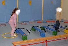 1/AGIR : sauter par dessus des obstacles en salle de motricité Varier la hauteur des obstacles, leur écartement. 2/Passer à la...