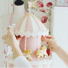 : @annebrith.no. Er ikke denne dama RÅ da vet ikke jeg!  #elsk #cake #pink #white #rosa #hvit #karusell #babyshower #inspo #inspirasjon #dåp #navnefest