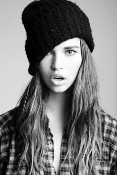 Messy Hair wif Beanie can make u look swagger! Business Outfits Women, Office Outfits Women, Tumblr Couples, Tumblr Girls, Foto Portrait, Portrait Photography, Woman Portrait, Bad Hair, Hair Day