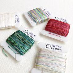 シルクレース糸の新色と白(未染)をウェブショップにアップしました! 11と13は似てる色に見えるのですが、カセだとはっきり違いがわかるかと思います。12と14は染めながら「濃くなれ〜濃くなるんだ〜」と念じてました。念じた甲斐はあったと思います(笑)  #hitsujiyajp #ひつじや #手染めレース糸 #yarn #handdyedlaceyarn