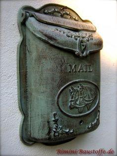 #Südlandischer, mediterraner Briefkasten mit Pferdemotiv in der #Farbe alt-grün, seitlich. Vintage Mailbox, David Foster Wallace, Mailbox Post, Post Box, Lost Art, Antique Shops, Home Accents, Lettering, My Favorite Things