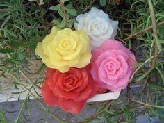 Rosa Damascena na caixinha de madeira <br>Para lembrancinha de casamento, aniversário etc... <br> <br>Propriedades: <br>- Base glicerinada branca hipoalergênica; <br>- Lauril líquido; <br>- Essência de Rosa Damascena; <br>- Óleo de coco de babaçu; <br>- Extrato glicólico natural de leite de cabra; <br>- Corante e pigmento cosmético a base de água. <br> <br>*Embalagem:* Plástico especial para sabonetes, papel seda, palha natural, caixinha de madeira, saco de celofane e fita decorativa…