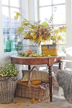 31 The Best Fall Theme Living Room Decoration Ideas - One can do nearly anything they want with living room design these days, yet it is still important to consider living room decorating themes when deco. Fall Home Decor, Autumn Home, Vibeke Design, Decor Scandinavian, Autumn Decorating, Deco Floral, Decoration Design, Autumn Inspiration, Home Interior