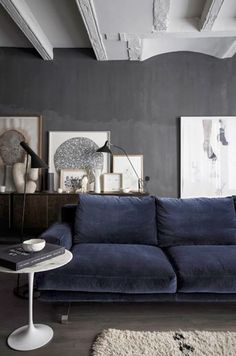 Look at that comfy couch~grey wall blue sofa --- think I prefer the distressed leather against the grey wall (ala Kristina Sokel - landpartie).