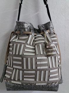 Sac seau Calypso cousu par Christine - Simili et coton - patron sac seau Sacôtin Casual, Gym Bag, Handbags, Boutique, Fashion, Bucket Bag, Couture Sac, Belt, Bags