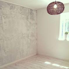Nu ska sängen in... #renoveringavtrerum #renovering #omgjort #betongtapet #betongvägg #nytt #inredning #vitt #industriell