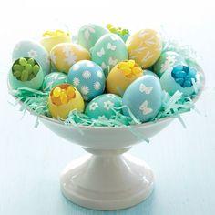 Ostereier mit Süßigkeiten füllen und zwischen echten Eiern verstecken