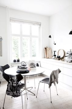 40 Awesome Scandinavian Dining Room Designs : 40 Awesome Scandinavian Dining Room With White Wall And Wooden Dresser And Round Table And Chair And Wooden Floor Deco Design, Küchen Design, House Design, Home And Deco, Scandinavian Interior, Scandinavian Kitchen, Scandinavian Style, Dining Room Design, Design Bedroom