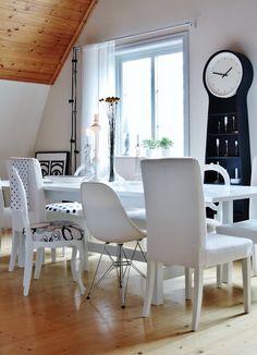 Cadeiras diferentes podem dar um charme à mesa! Via http://keltainentalorannalla.blogspot.com/