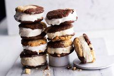 Jäätelökeksit ovat herkkujen herkku, jossa yhdistyvät cookie- ja brownie-taikinat brookieiksi. Kun keksit täyttää jätskillä, ei niitä voi vastustaa. Smoothie, Cheesecake, Ice Cream, Sweet, Desserts, No Churn Ice Cream, Candy, Tailgate Desserts, Deserts