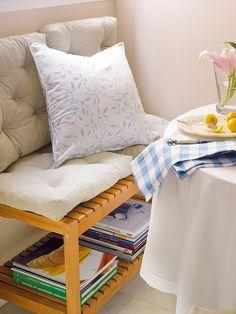 Un banco con capacidad  Un sencillo banco zapatero, como el modelo Tjusig de Ikea, te permite sumar asiento al office.