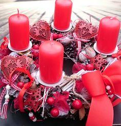 Advent+v+červené+Adventní+věnec+s+plechovými+ozdobami,+svíčky+na+bodcíchm+průměr+29+cm.
