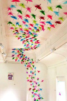 Instalación de grullas con papel de colores, en el Bagón de Arte, en el Centro de Cultura, Recreación y Educación Ambiental, CREALIMA HUASCAR, Lima-Perú.