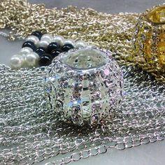 Más cosas nuevas, perlas de vidrio y cristales checos.  #jewlery #bijou #bijouterias #bijoux #cristal #checo #perlas #perls #perl #perla. #crystals