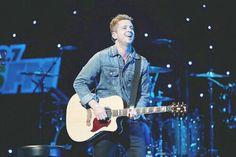 OneRepublic's Ryan Tedder playing guitar!