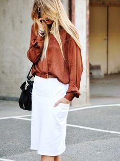 Jupe droite blanche + chemise floue caramel = le bon mix