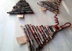 kleine Tannenbäume aus Treibholz und Holzstäbchen