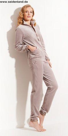 Schmuseweich und edel aus #Italien: Femininer #Loungewear #Hausanzug von #ChiaraFiorini aus #Nicki #Samt in #noisette beige. Hochwertig #MadeinItaly mit Satin-Details 😍  #seidenshop #chiarafiorinilingerie #homewear #nightwear #leisurewear #sleepwear #lingerie #seidenland #bydaybynight #fall2019 #homewear2019 #winter #italianlingerie  #lingerieonline  #luxuryhomewear #luxurylingerie #easywear #nachtwäsche #fashionable #lingerieaddict