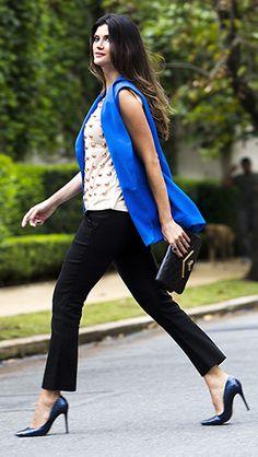 neutro claro  + neutro escuro e uma corzona + textura na blusa pra deixar esse look de trabalho bem animado.