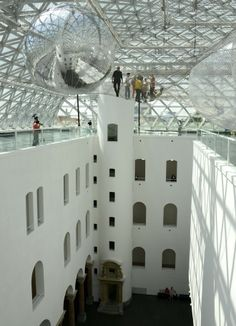 Suspended more than 25 meters above the piazza of the K21 is Tomás Saraceno's gigantic installation in orbit.