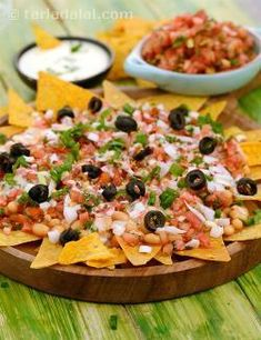 Nachos with Salsa and Baked Beans, with uncooked salsa, baked beans and a creamy cheese sauce arranged temptingly atop corn chips, it causes a burst of flavours and textures in your mouth. Vegetarian Mexican Recipes, Veg Recipes, Mexican Food Recipes, Cooking Recipes, Recipies, Online Recipes, Vegetarian Cooking, Healthy Recipes, Nacho Salat