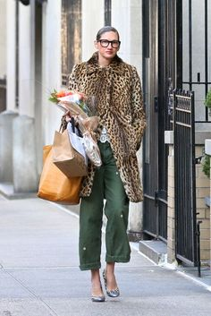 leopard coat / olive pants / street style / fashion / tote bag Leopard Mantel / Olive Hose / Street Style / Mode / Einkaufstasche Source by . Fashion Mode, Look Fashion, Street Fashion, Winter Fashion, Looks Style, Style Me, Style Star, J Crew Style, Street Style Photography