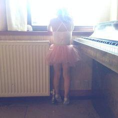 Waiting for her ballet class to start - via finurlig