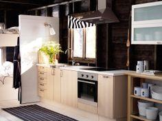 traditionelt, mørkt ikea køkken af træ med vitrinelåger, mørke ... - Cucina Varde Ikea