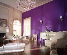 Wohnzimmer Wandgestaltung Lila Wände Leuchter Weißer Teppich