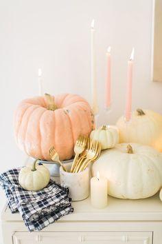 The Perfect Friendsgiving Inspiration with Swanson® - Style Me Pretty Living Thanksgiving Dinner Recipes, Thanksgiving Parties, Thanksgiving Table, Fall Table, Thanksgiving Decorations, Seasonal Decor, Friendsgiving Ideas, Holiday Dinner, Thanksgiving Crafts