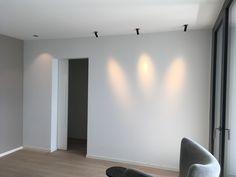Immer wieder sehr Interessant zum Einsetzen ist die FindMe Leuchte von Flos. Ob als Bildbeleuchtung oder einfach nur als Licht Effekt an der Wand. #flos #lichtfactor #spots #lichtplanung #Beleuchtungsideen #wohnzimmer #einbauspot Divider, Design, Furniture, Home Decor, Environment, Living Room, Simple, Homemade Home Decor, Home Furnishings