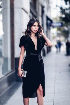 Vestido preto de veludo com decote e fenda, elegante