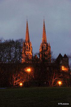 Bayona - Francia / Bayonne - #France    Fotografías de Bayona, Francia.  Atardecer con las agujas de las torres de la Catedral de Sainte Maríe recortándose al fondo.