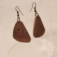 Boucles d'oreilles pendantes fimo triangulaires caramel impression cercles