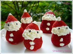 Christmas Strawberry Santas - Want to get Cooking Xmas Food, Christmas Sweets, Christmas Goodies, Christmas Time, Christmas Brunch, Christmas Appetizers, Christmas Stuff, Christmas Decor, Christmas Ideas