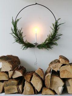 #advent #scandichristmas #diy #scandistyle #Adventskranz #kerzenlicht #weihnachten  Minimalistische, stilvolle Weihnachtsdekoration im skandinavischen Stil ist einfach so wunderschön schlichtund unglaublich gemütlich und stimmungsvoll. Diesen selbstgebundenen Kranz könnt ihr als Lichtspender an die Wand hängen.