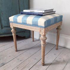 Original painted stool, ca 1790, signed Johan Lindgren Stockholm.  #masterhenriks #masterhenriksantik #antik #antikviteter #antiques #antiek #swedishantiques #swedishfurniture #zweedsantiek #rokoko #rococo #gustaviansk #gustavianskt #gustavian #18thcentury #1700 #1700tal #originalpaint #originalfärg #inredning #interiordesign #decor #antiquedealersofinstagram